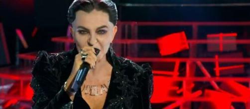 Tale e quale show, Alba Parietti imita Damiano dei Maneskin e scherza con Malgioglio durante l'esibizione.