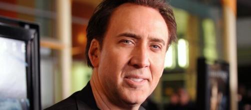 Nicolas Cage, ubriaco e molesto, scambiato per un senzatetto.