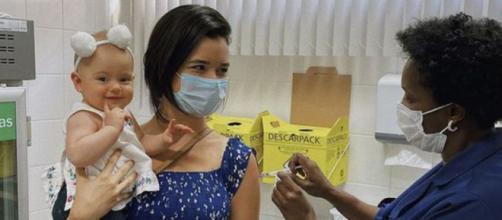 Filha da atriz Talita Younan rouba a cena durante vacinação (Reprodução/Instagram/@talitayounann)
