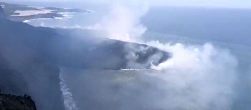 La lengua de lava del volcán de La Palma alcanzó el Atlántico formando un enorme delta (Twitter/@involcan)