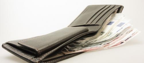 Lo correcto al encontrarse dinero en la calle es acercarlo a la oficina de Objetos Perdidos - Pixabay