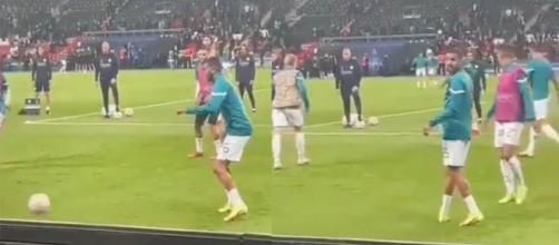 Mahrez pris à partie par des fans du PSG en Ligue des champions. (crédit Twitter)