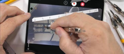 Samsung Galaxy Z Fold 3 non sfigura nel test di resistenza di JerryRigEverything (VIDEO)