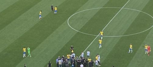 Jogadores da Argentina abandonam o gramado depois de agentes da Anvisa paralisação do jogo (Foto: Arquivo Blastingnews)
