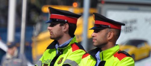 Primer plano de una pareja de Mossos, cuerpo de Policía Local de Barcelona (Flickr)