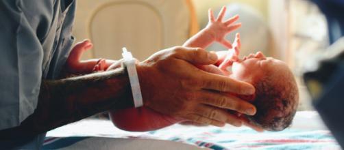Las bebés pesaban casi lo mismo y habrían sido confundidas en la sala de incubadoras. (Unsplash)