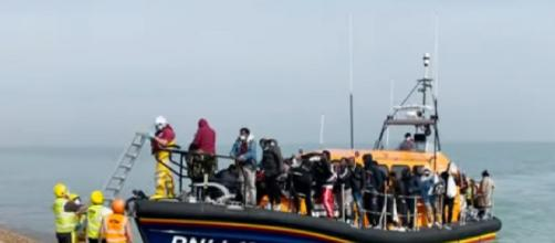 Record number of migrants try to cross Channel to UK (Image source: The Sun/YouTube)