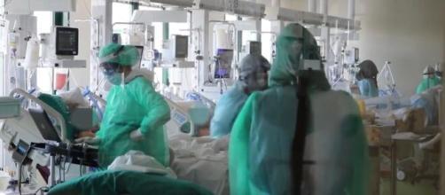 Pistoia, anziana muore in ospedale: sarebbe stata contagiata da infermiera non vaccinata.