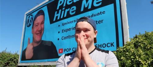 Un joven de 24 años gasta sus ahorros en un currículum gigante pero de todas formas no lo contratan (Youtube / Caters Clips)