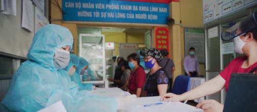 En la imagen centro de realización de test rápidos en Vietnam - Wikimedia Commons