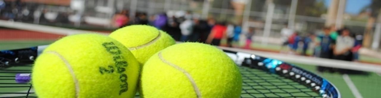 Les joueurs de tennis sont très puissants et ils utilisent des raquettes qui augmentent la vitesse des balles.