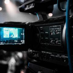 El cine fue creado por los hermanos Lumière en el siglo XIX y desde entonces ha experimentado grandes mejoras
