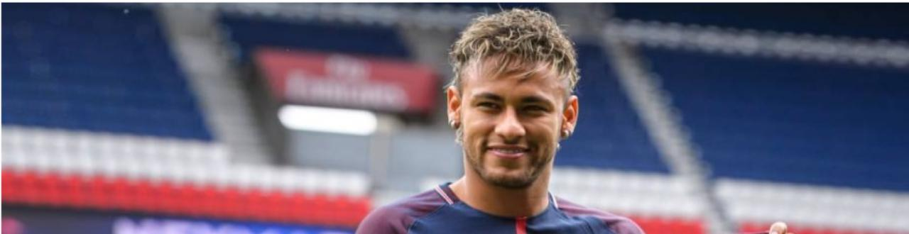 Neymar é um jogador de dribles desconcertantes, coleciona títulos e recentemente se tornou o jogador mais bem pago do mundo.