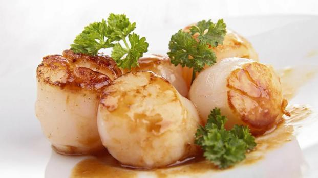 Ricette di pesce semplici e raffinate: capesante scottate su crema allo zafferano