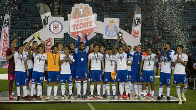 Cruz Azul campeón luego de tanto ¡Le ganó la copa al Porto de Herrera y Layún!