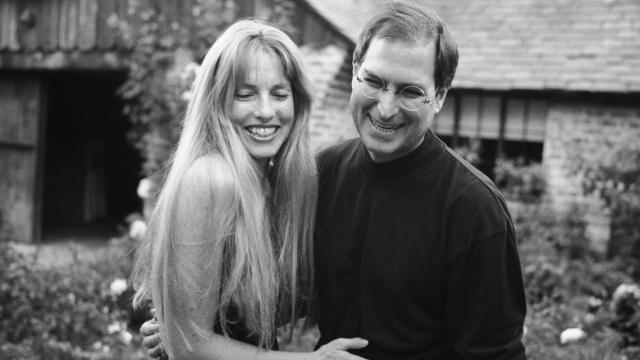 Assista: Viúva de Steve Jobs namora em iate de luxo que ele nunca estreou
