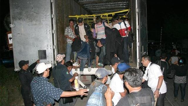 Policía descubre 115 inmigrantes clandestinos en un camión