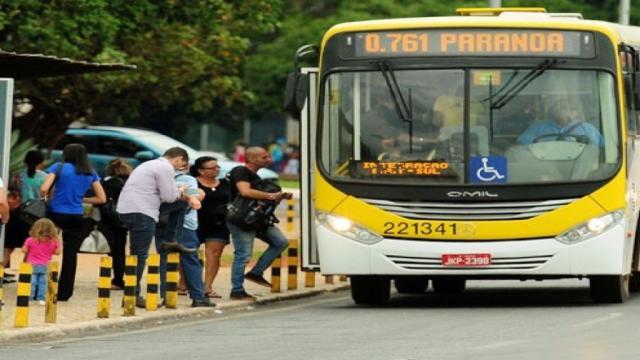 Homem se assusta com o que vê no cabelo de uma mulher dentro de um ônibus; vídeo