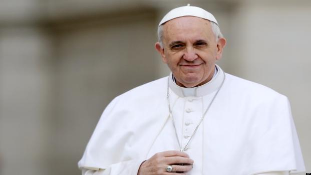 Sangue na roupa: Papa Francisco fica ferido no rosto e foto do corte quebra web