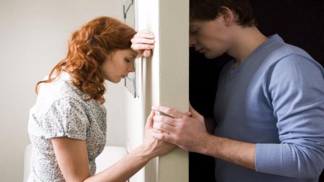 Se o seu namorado faz essas 5 coisas ele pode estar te traindo