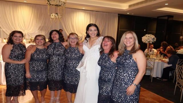 Mulher vai à casamento e encontra cinco convidadas com mesmo vestido; fotos