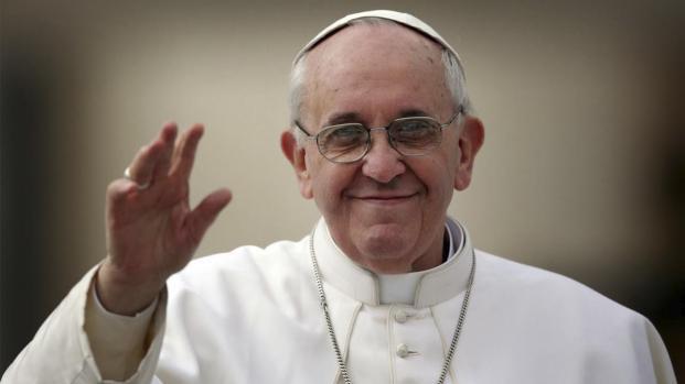 Papa Francisco beija e abençoa bebê brasileira no Vaticano