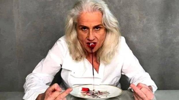 Global tira foto comendo absorvente supostamente sujo de sangue