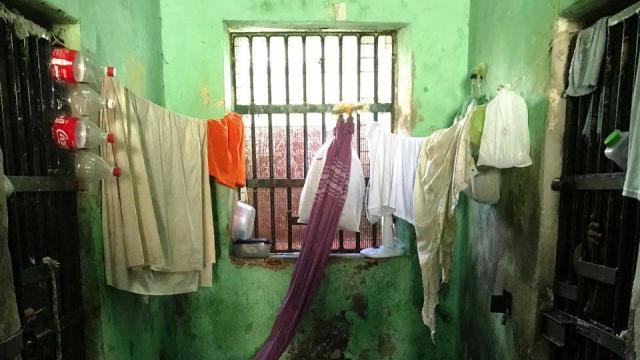 Mulher que ficou presa com mais de 20 homens reaparece diferente após dez anos