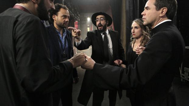 Un prêtre, un rabbin et un imam sont dans un bateau, qui tombe à l'eau ?