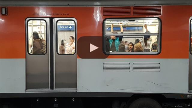 Después del trabajo esto es lo que alguien observa en el metro de la Ciudad