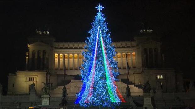 Roma, l'albero di Natale addobbato a piazza Venezia, non piace.
