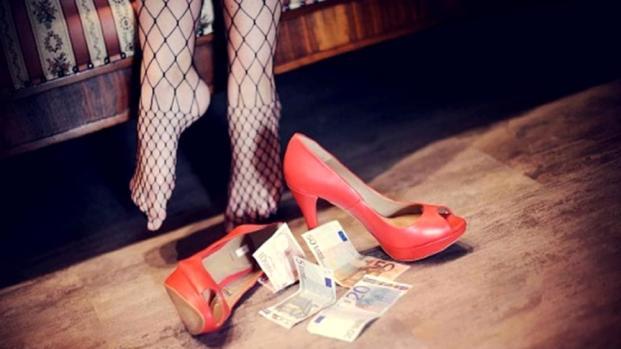 Organizzava orge a pagamento per la moglie, arrestato marito voyeur