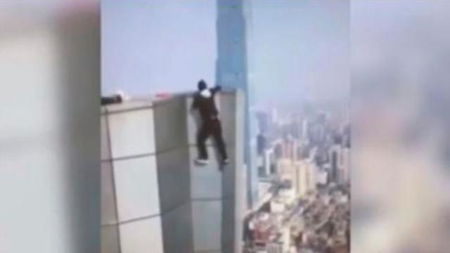 Muere joven tras intentar tomarse una selfie en un rascacielos