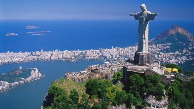 Nas ruas do Rio de Janeiro, o pior lado do ser humano é revelado por uma jovem.