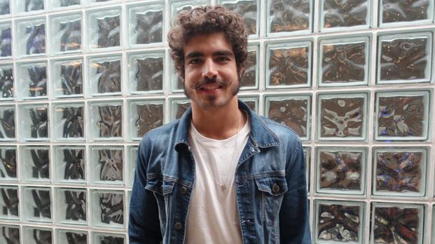 Vídeo: homem assedia Caio Castro, que responde