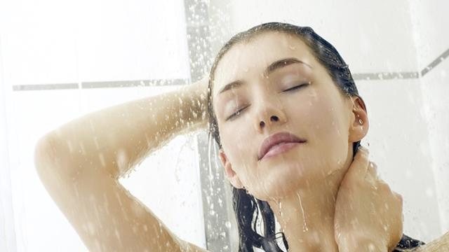 Vídeo: Para o seu bem, pare de enrolar o cabelo com uma toalha após o banho.