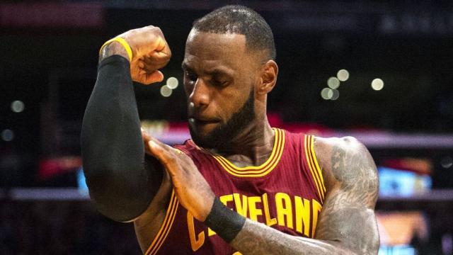 LeBron James entra en una discusión con un fan durante el juego en Chicago