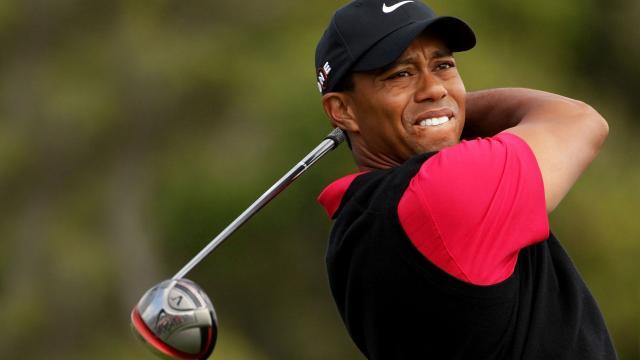 Tiger Woods sigue a Rickie Fowler en la ronda final 61