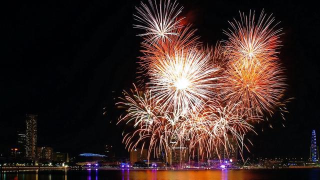Fuegos artificiales, comida y oraciones: año nuevo celebrado en todo el mundo