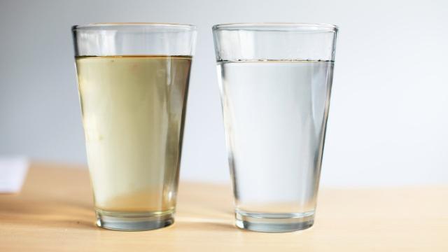 Por qué las personas están bebiendo 'agua cruda' (pero probablemente no debería)