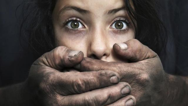Vídeo: padrasto estupra enteadas e ameaça esposa de morte