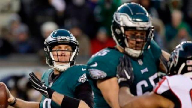 Eagles derrotan 15-10 a los Falcons con defensiva de Cox y un pragmático Foles