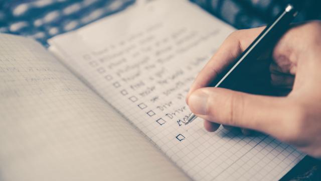 Escribir una lista de cosas por hacer antes de acostarse puede ayudarte a dormir