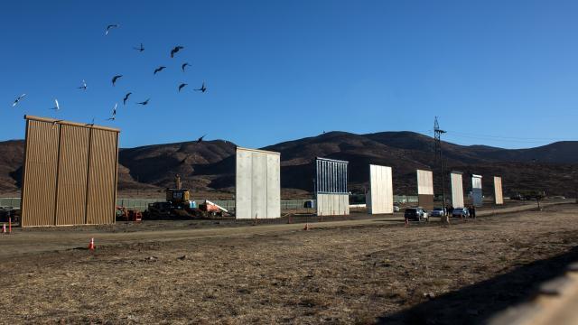 Comandos de Estados Unidos prueban los prototipos de pared fronteriza de México