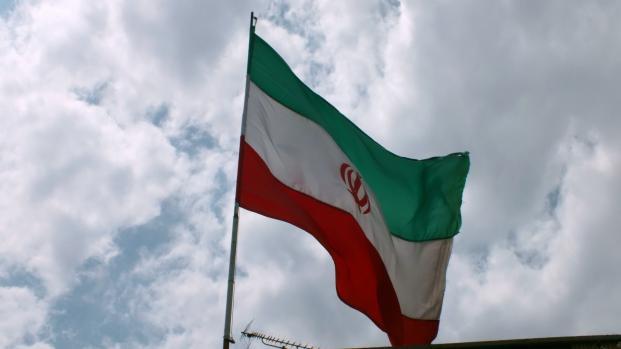 Les femmes résistent contre le régime en Iran en enlevant le voile
