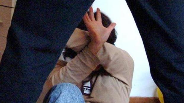 Alcamo, padre abusava della figlia, con complicità moglie: «Era consenziente»
