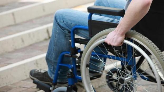 Flero, da un auto rubano rampa di una bimba disabile