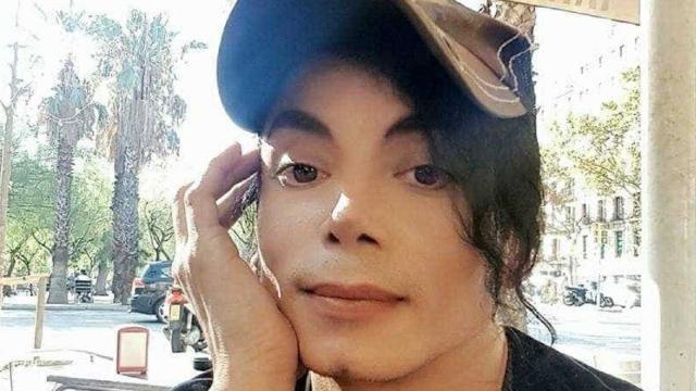 Assista: Homem é idêntico a Michael Jackson e fotos chocam