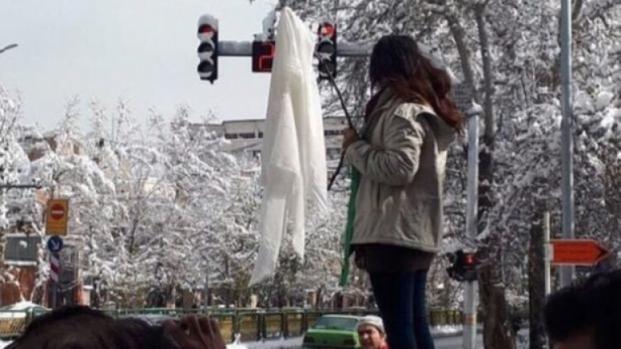 La protesta silenziosa delle donne iraniane che tolgono il velo in pubblico