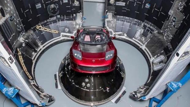 Musk spedisce una Tesla Roadster nello spazio